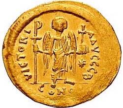 Op deze munt van Justanianus is Victoria te zien met labarum en wereldbol.